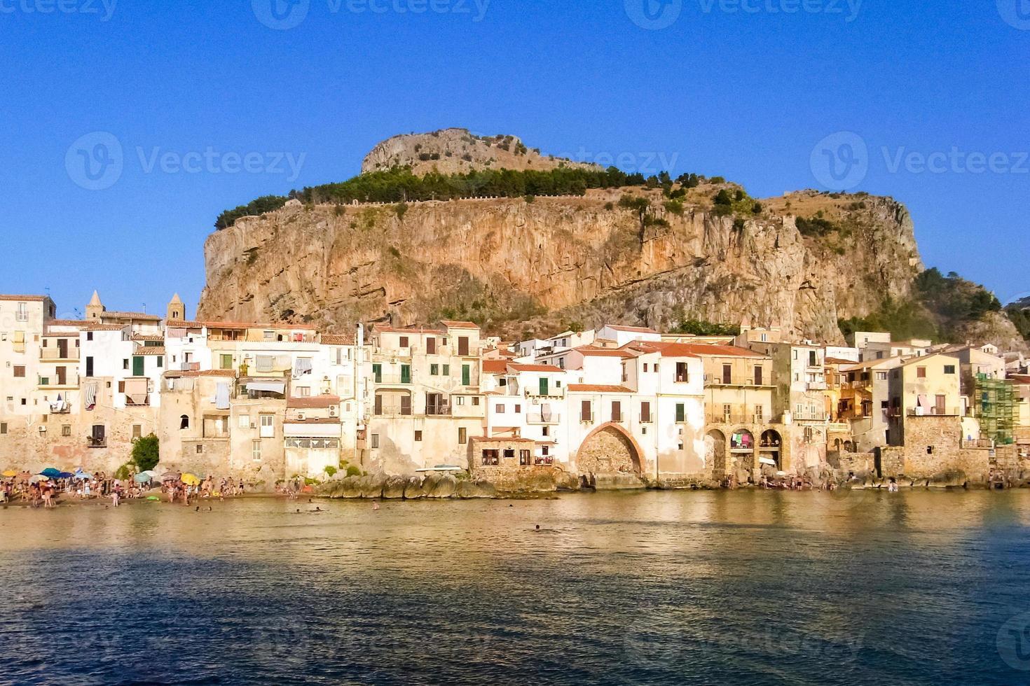 Skyline de cefalù, village touristique du nord de la Sicile photo