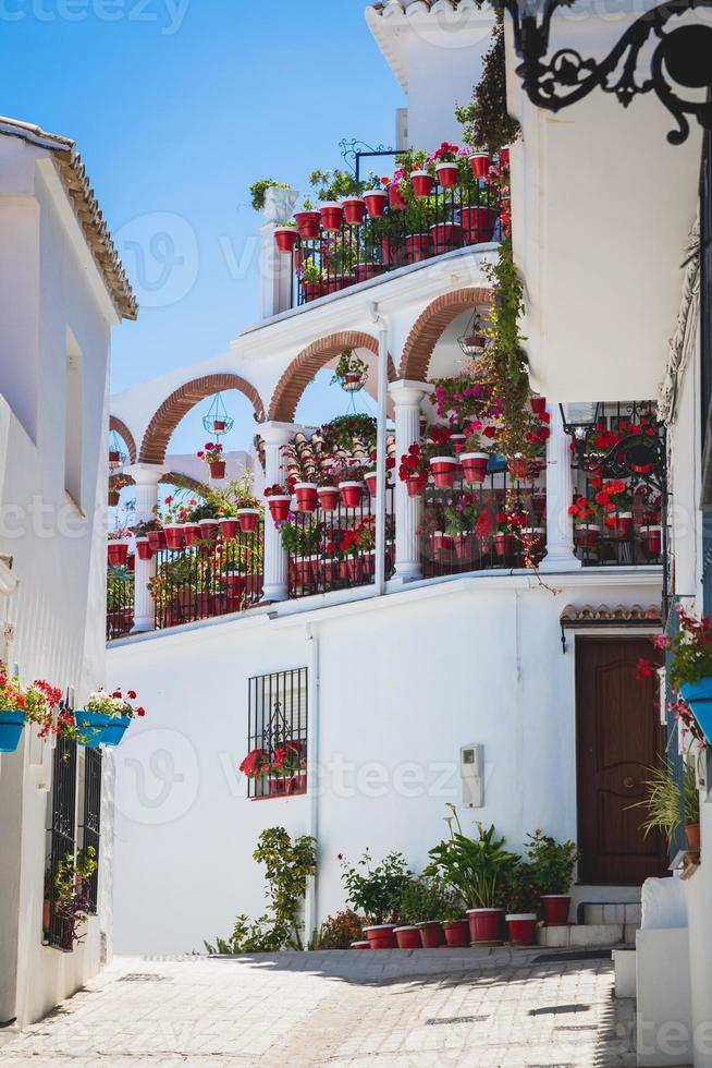 rue pittoresque de mijas avec des pots de fleurs en façades. andalus photo