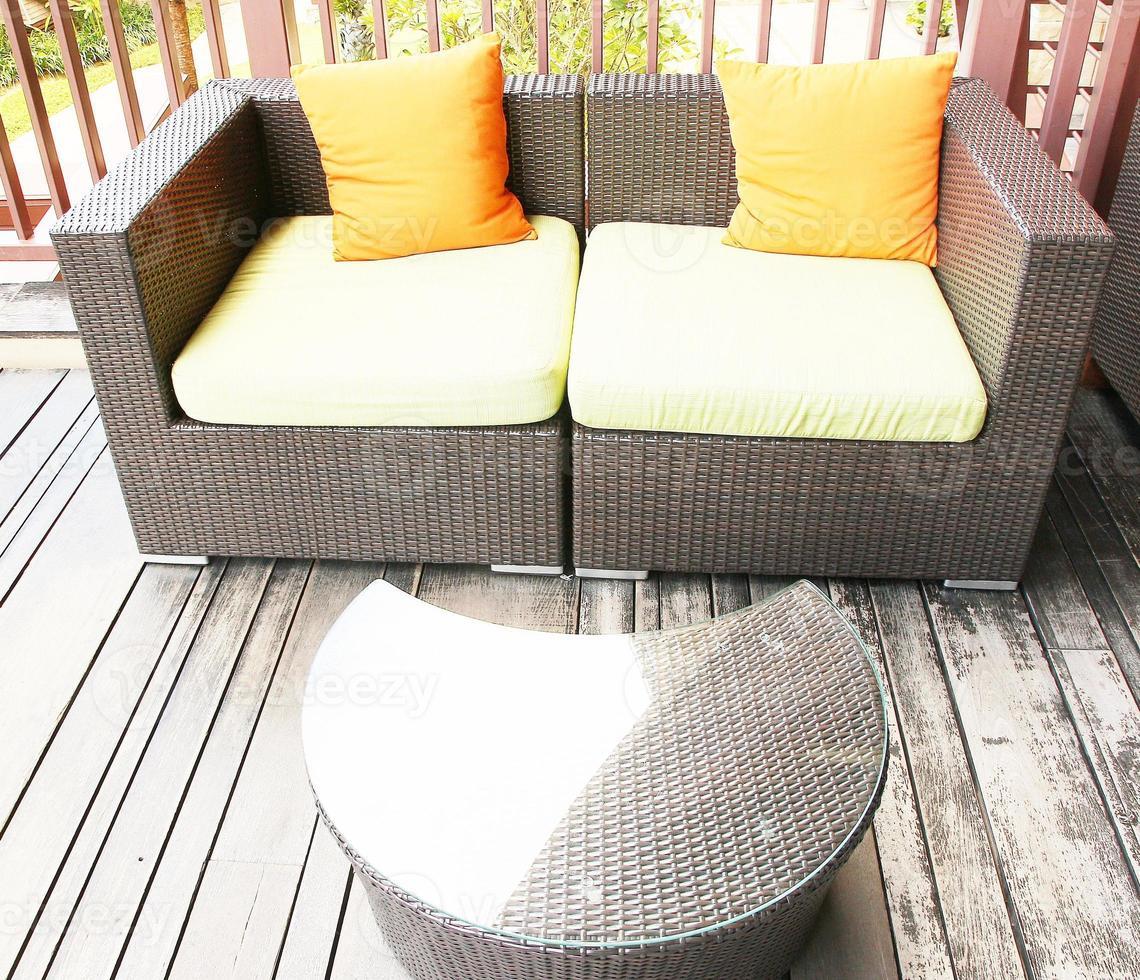 canapé en rotin avec table basse photo