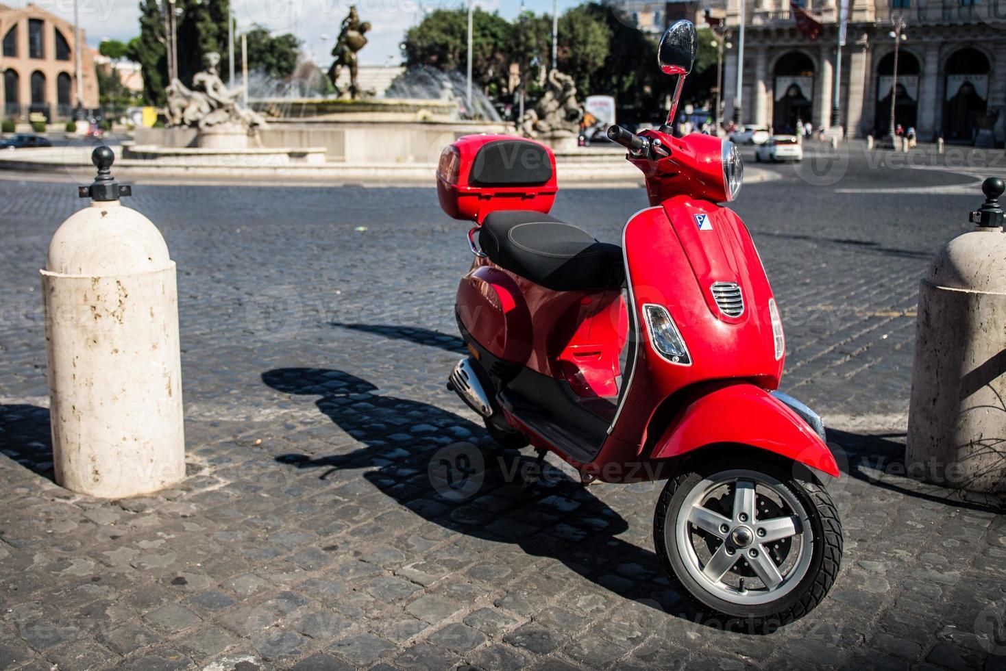 scooter dans une rue de rome photo