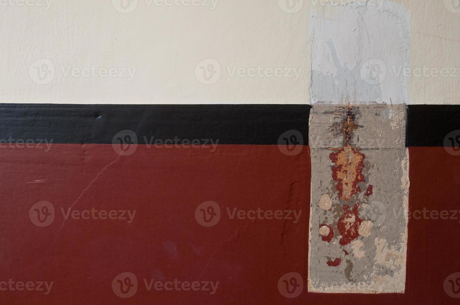 mur de ciment avec tache rouge photo