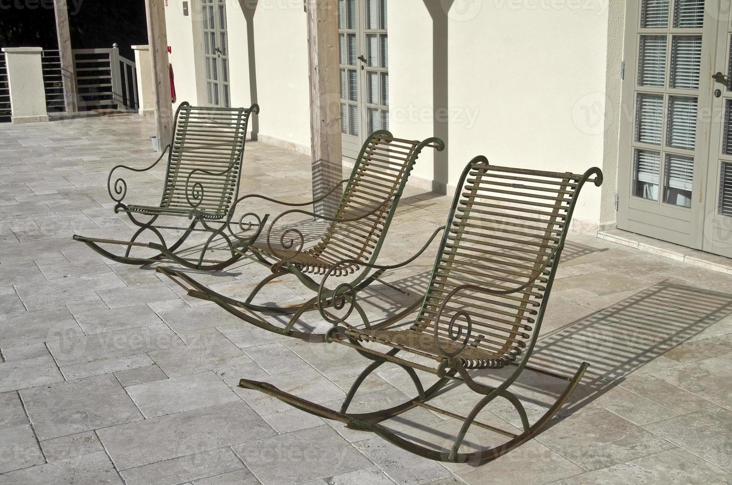 trois chaises vides. photo