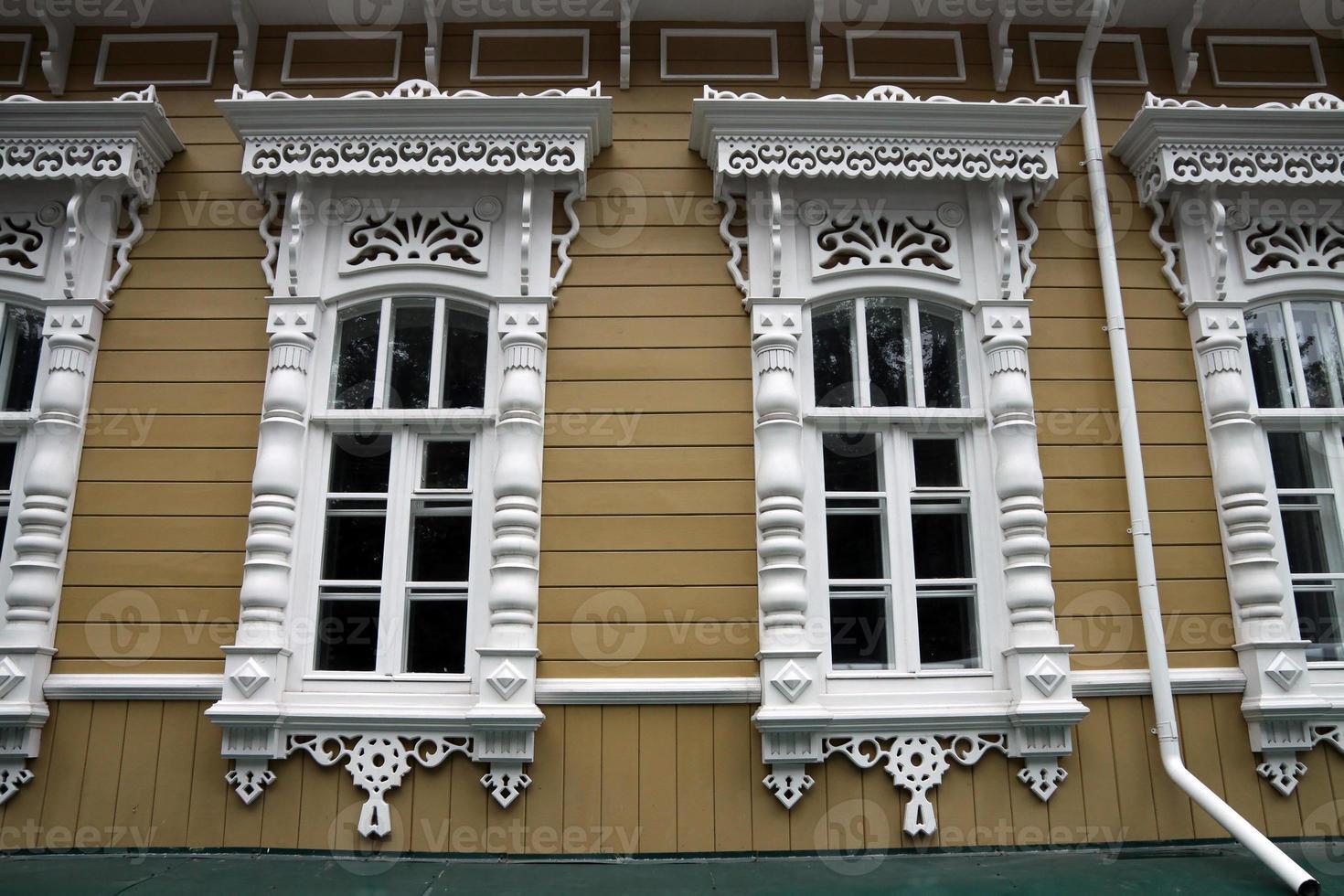 fenêtres avec architraves photo