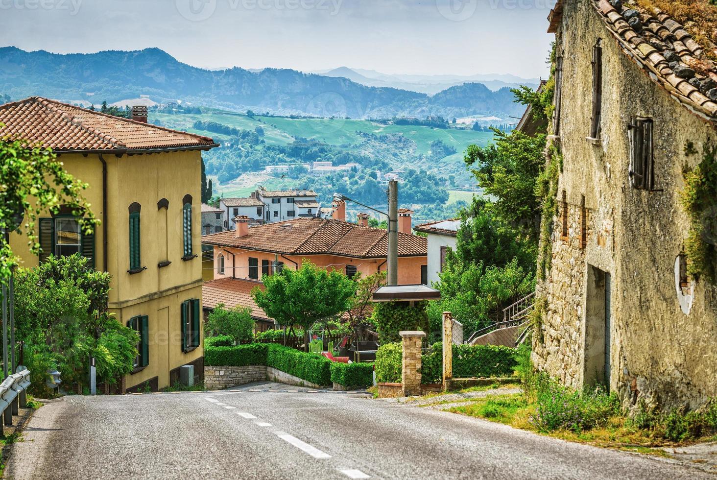 Rue italienne dans une petite ville de province de la Toscane photo