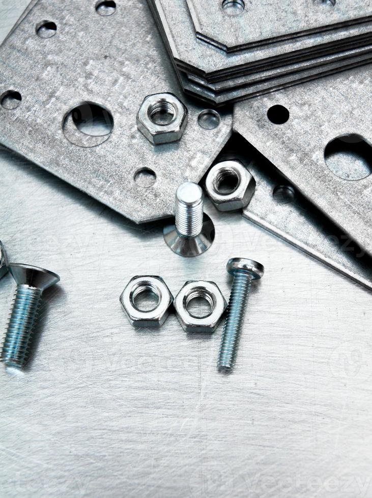 préparations métalliques et éléments de fixation sur le fond métallique rayé photo
