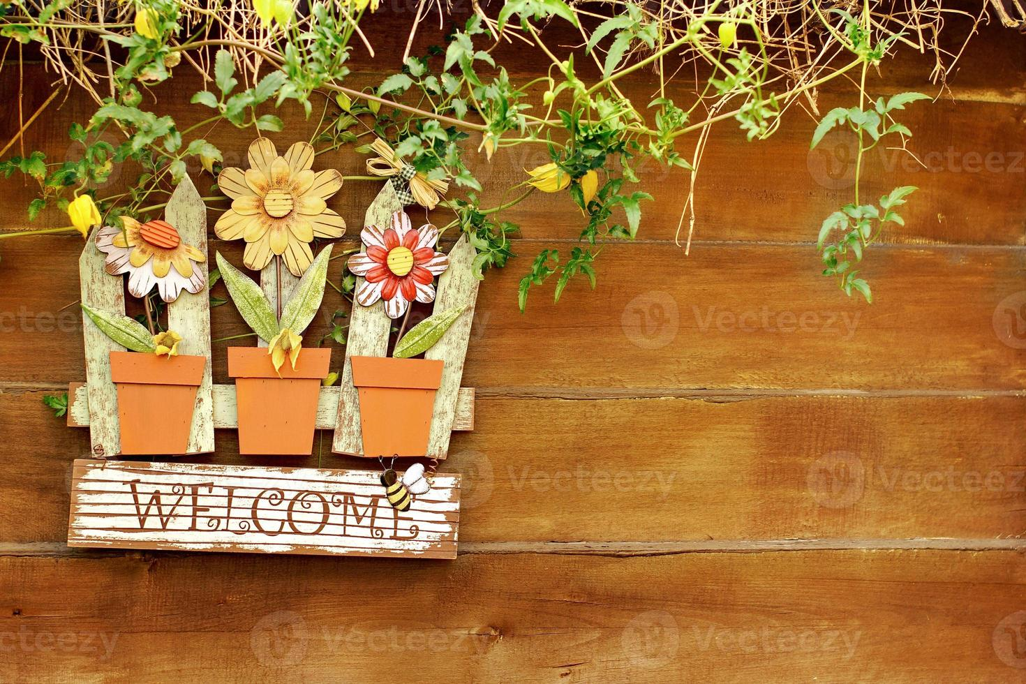 Panneau de bienvenue sur une clôture en bois dans le jardin photo