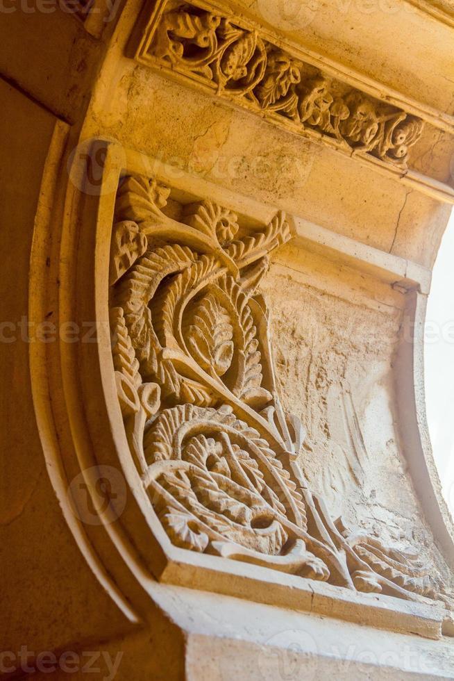 Détails des portes décorées de style arabe du célèbre palais photo