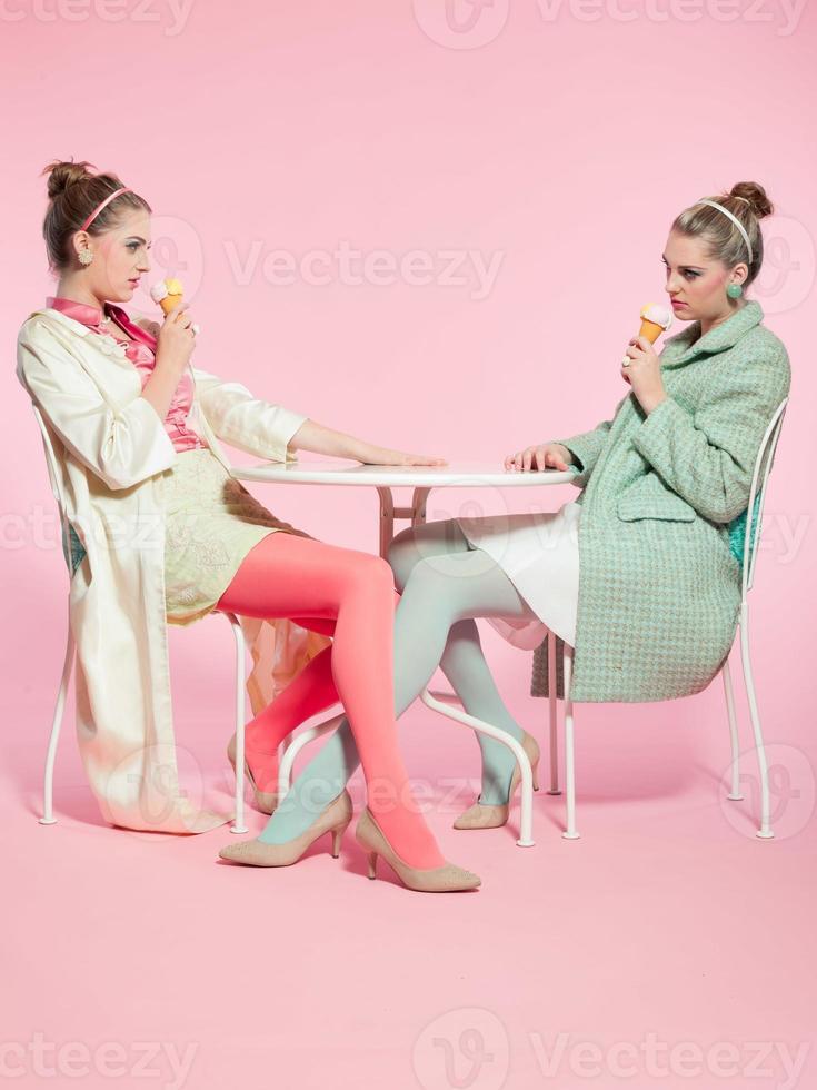 deux filles cheveux blonds années 50 style de mode manger des glaces. photo