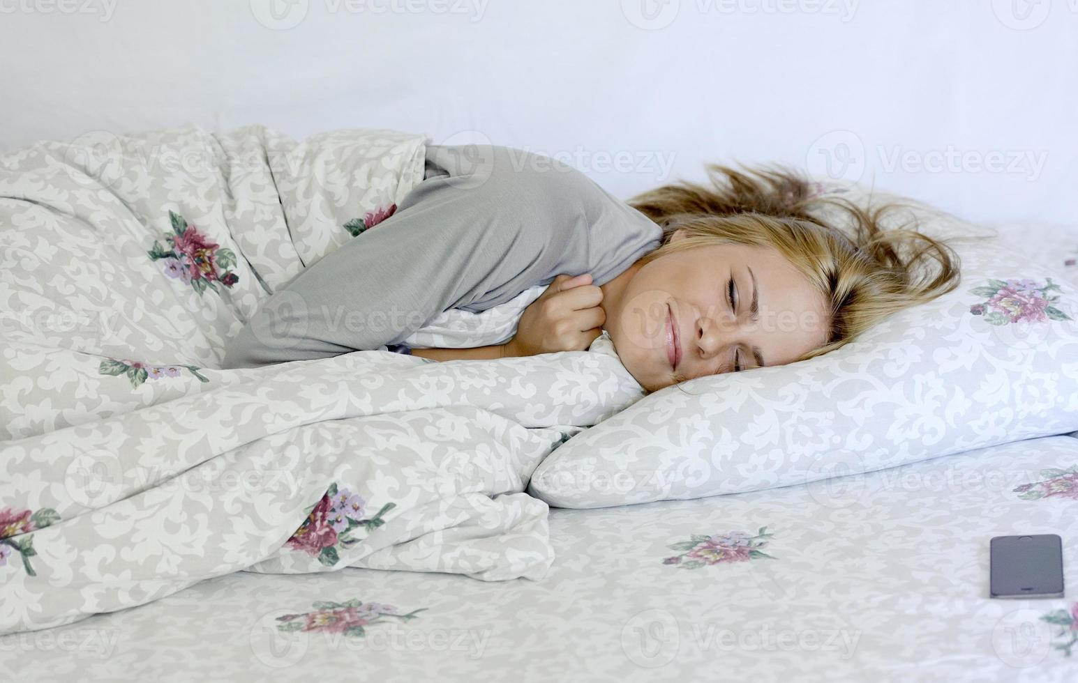 belle jeune femme endormie photo