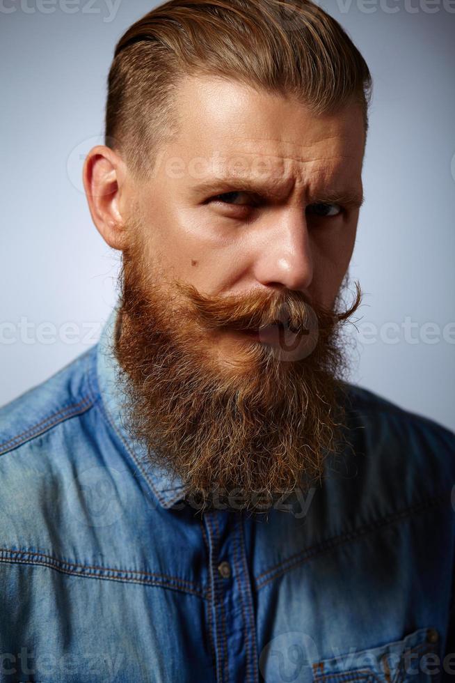 homme barbu. bel homme avec une barbe et une moustache tournoyée. photo