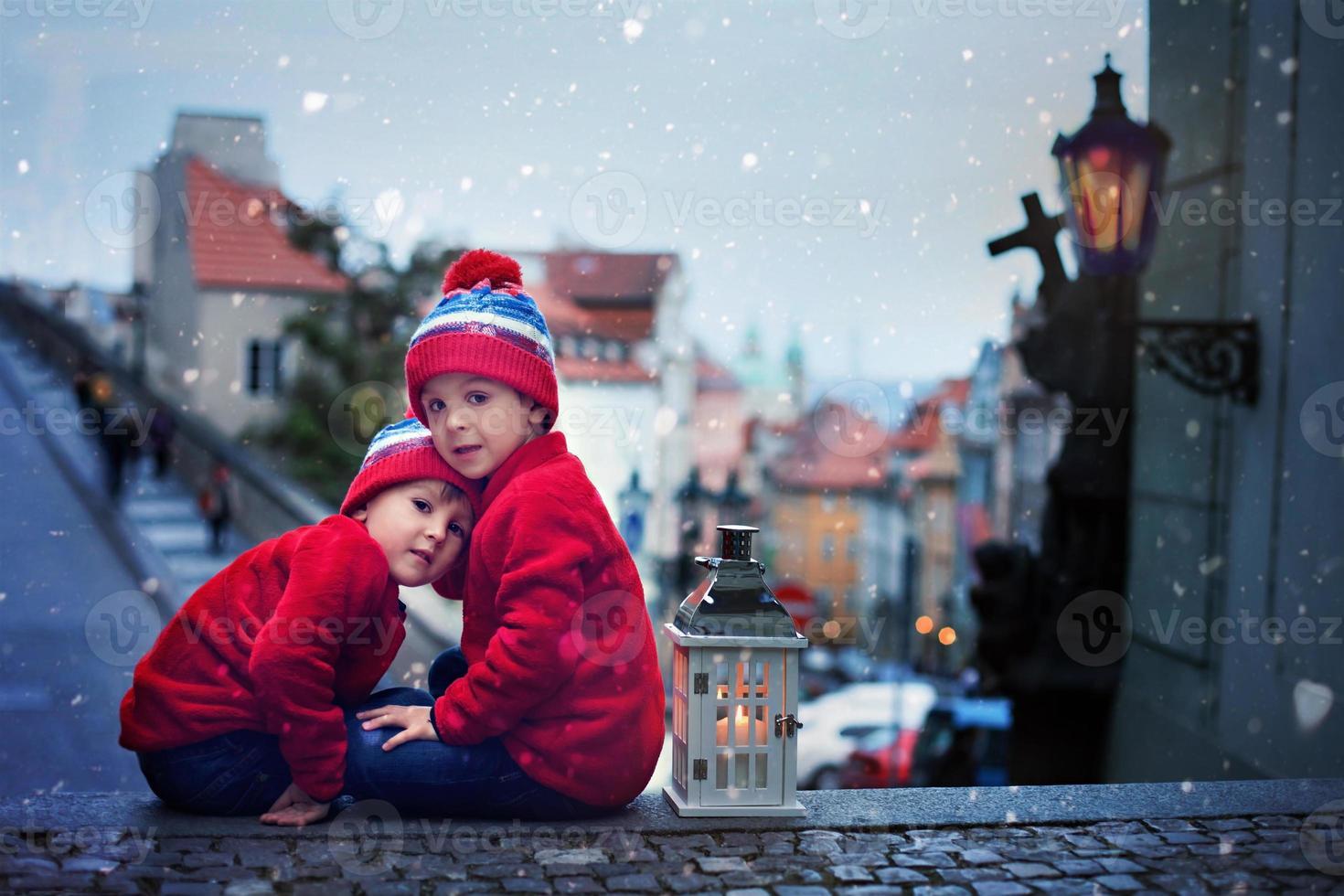 deux enfants, debout sur un escalier, tenant une lanterne photo
