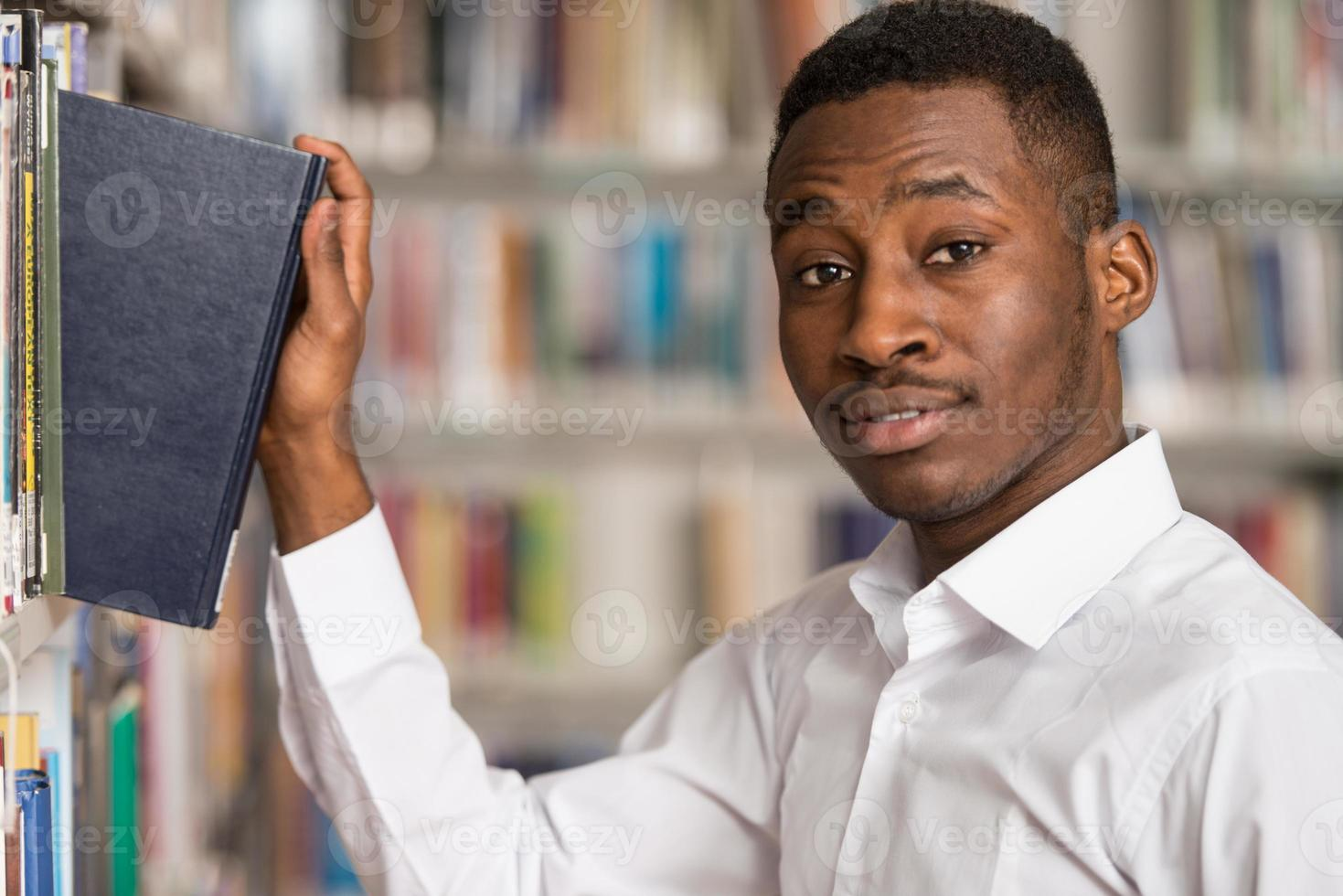 portrait d'un étudiant dans une bibliothèque photo