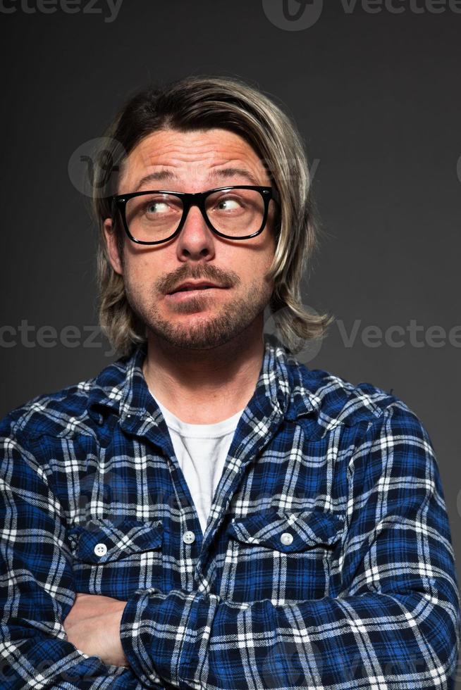 jeune homme aux cheveux blonds et barbe portant des lunettes rétro. photo