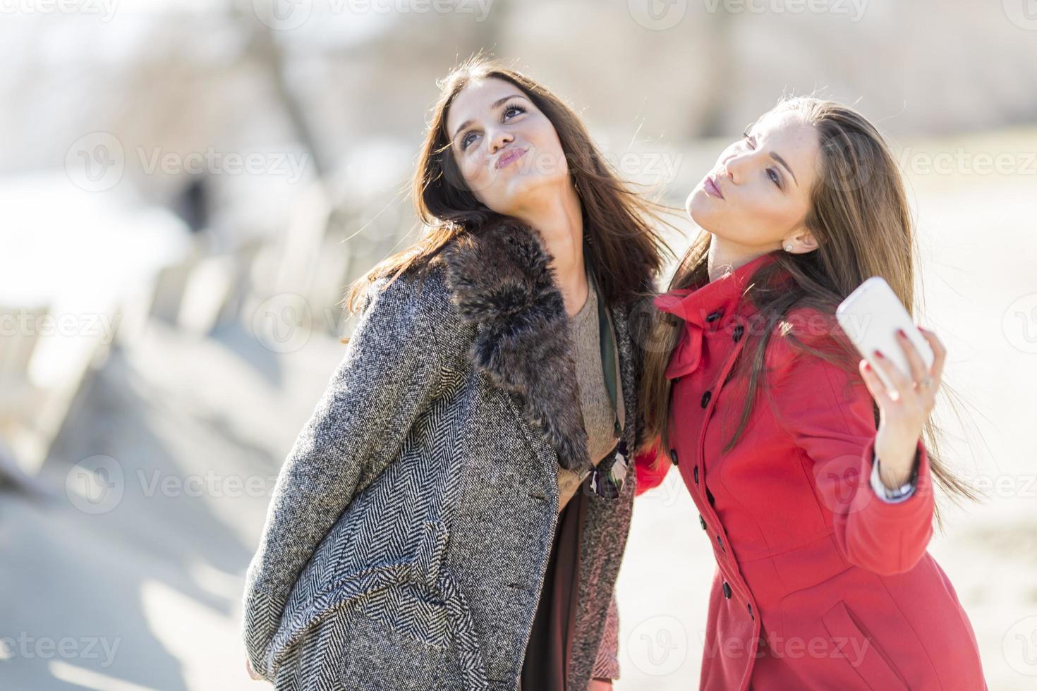 heureux, jeunes femmes, prendre photo, à, téléphone portable photo