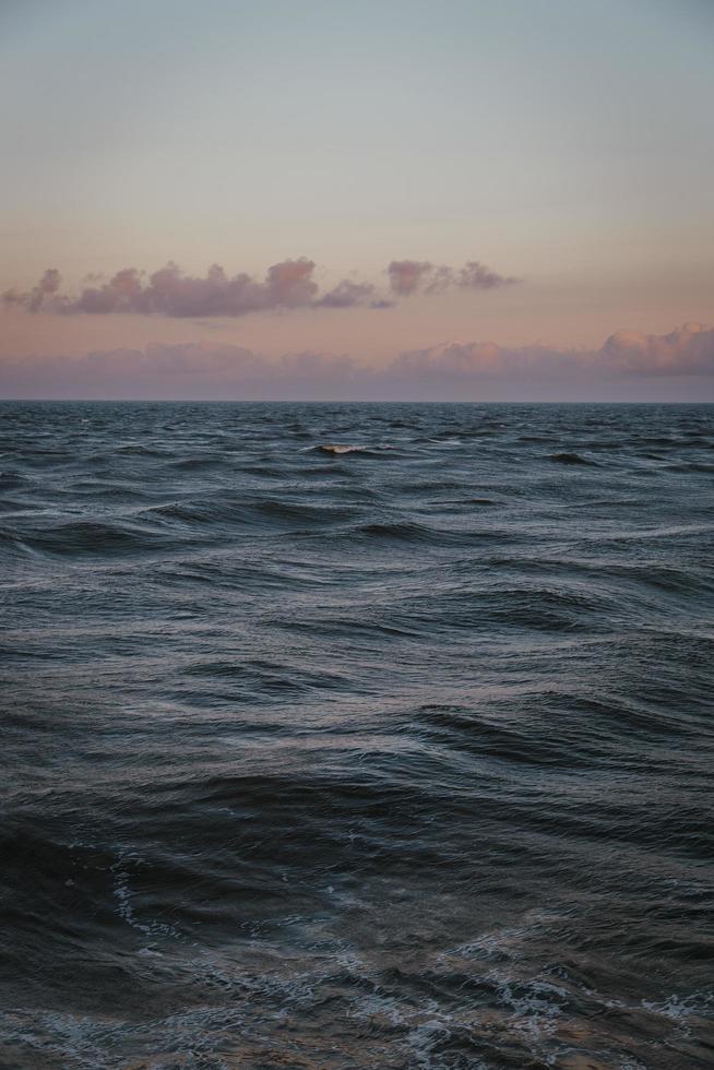 coucher de soleil en sourdine sur l'océan photo