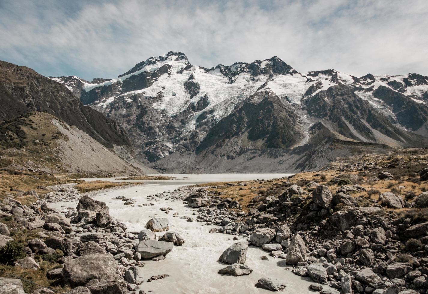 chemin rocheux vers la montagne photo