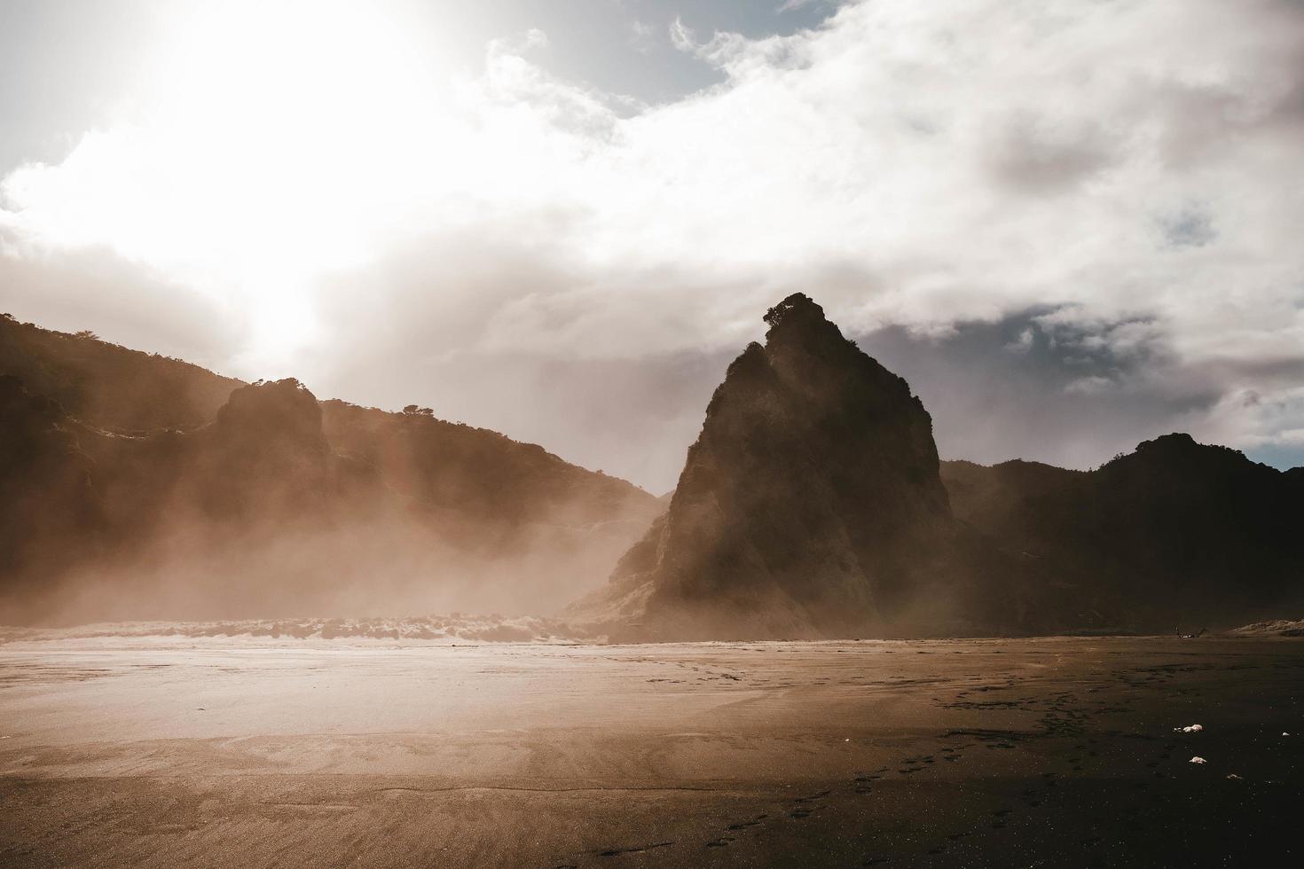 montagnes dans le brouillard et le ciel nuageux photo