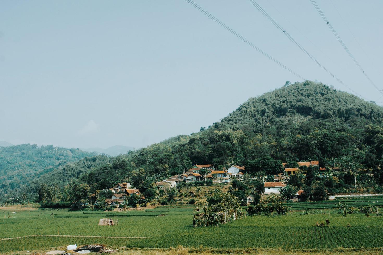 village et ferme sur montagne photo
