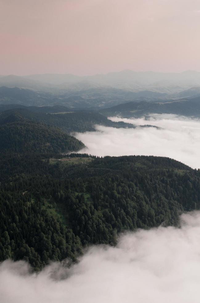 vue aérienne des montagnes à l'aube photo