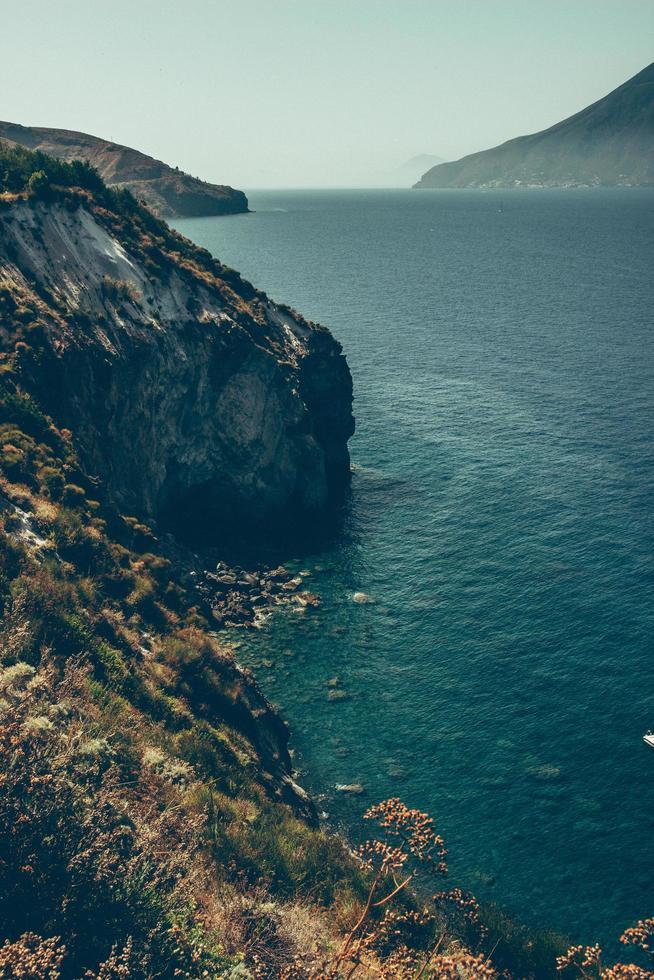 falaise près d'un plan d'eau photo