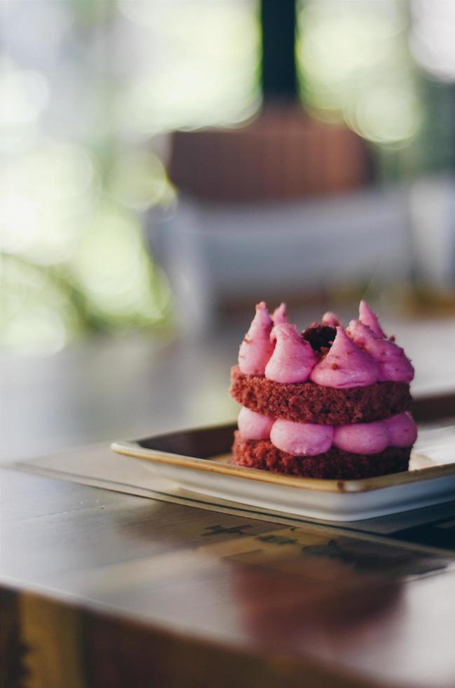 pâtisserie rose sur assiette photo