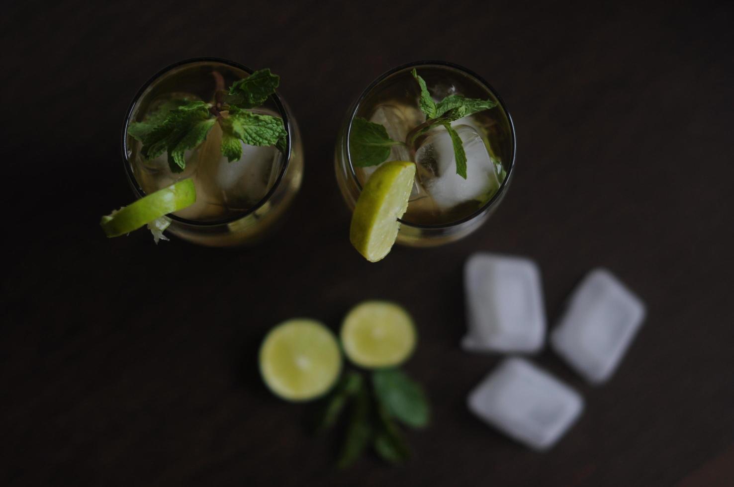 jus de citron vert en tasses photo