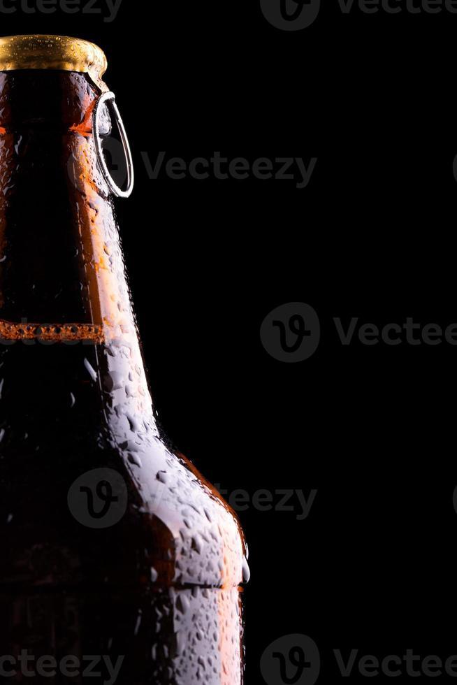 bouteille de bière avec des gouttes photo