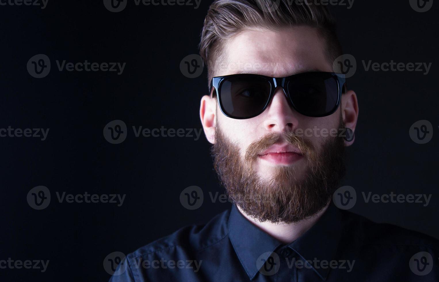 Portrait de dhipster avec fond noir photo