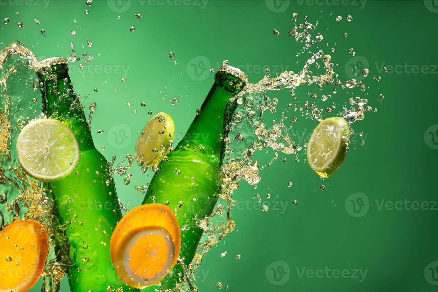 bouteilles de bière aux fruits avec splash, sur gree photo