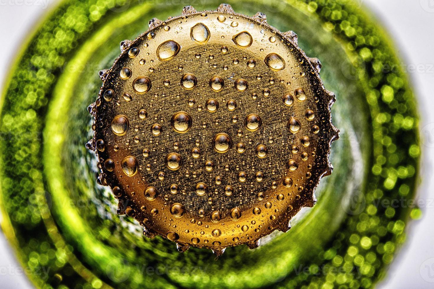 Haut de la bouteille de bière verte gros plan photo