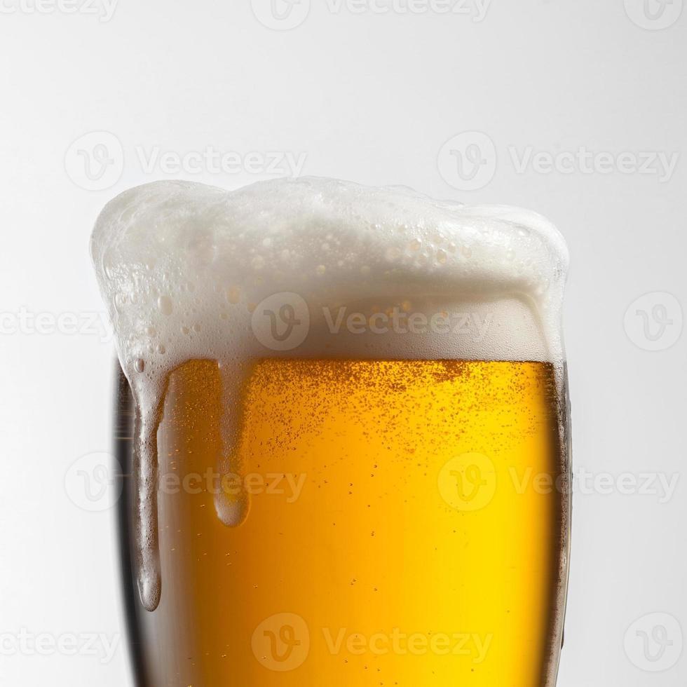 bière en verre isolé sur fond blanc photo