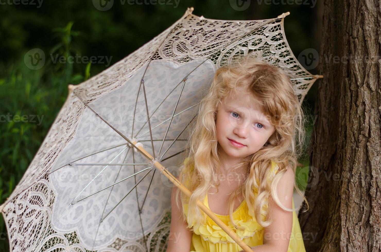 petite fille tenant un parasol photo