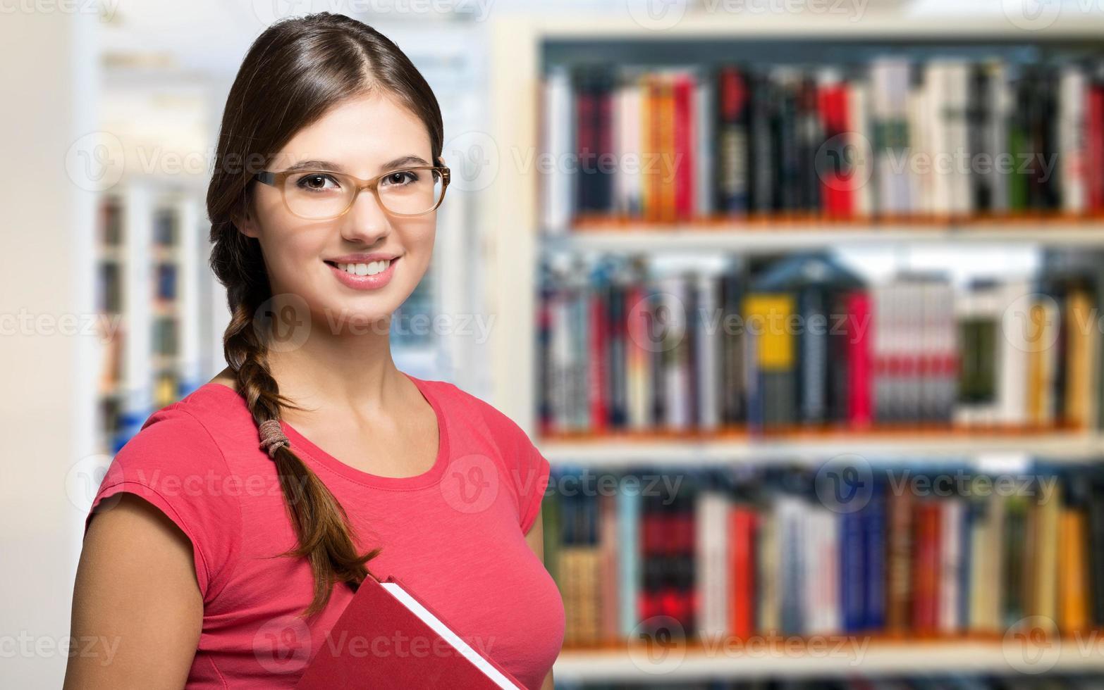portrait d'un étudiant en bibliothèque photo