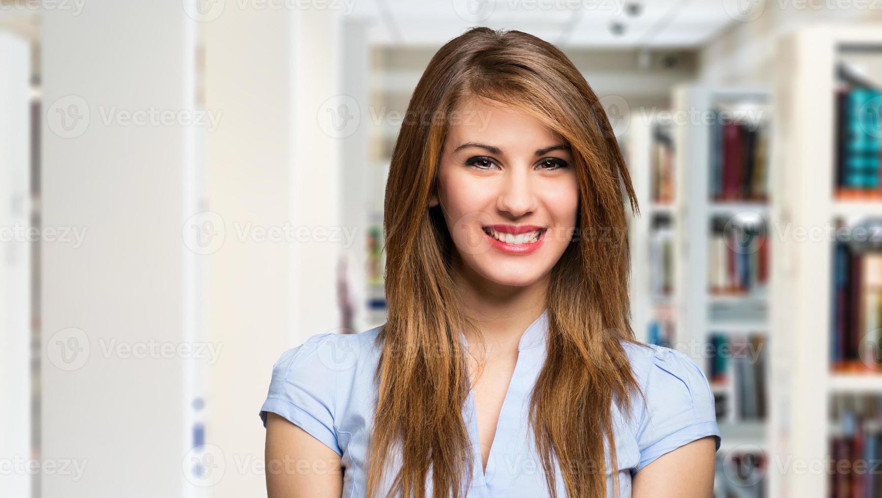 portrait de femme dans la bibliothèque photo