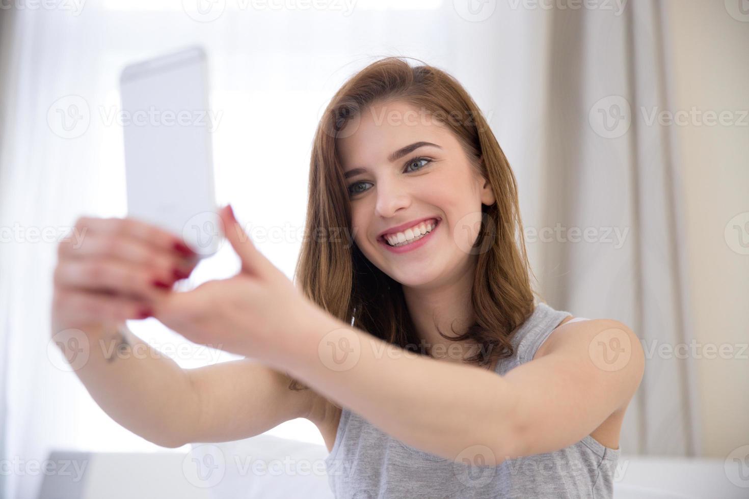 souriante belle fille faisant selfie photo