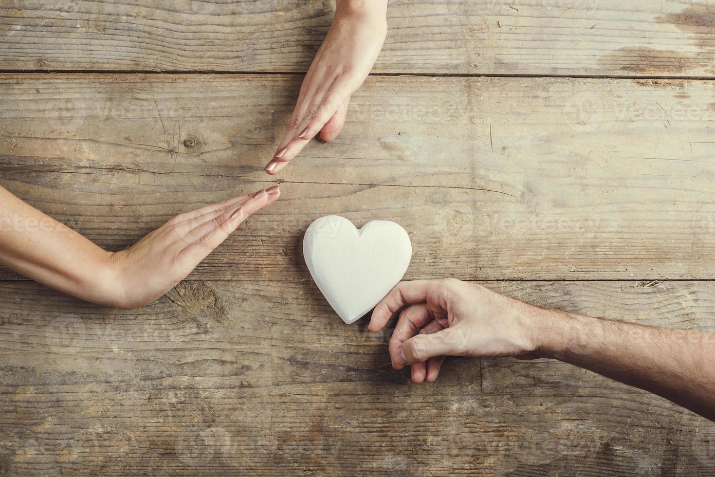 homme offrant un cœur à une femme. photo