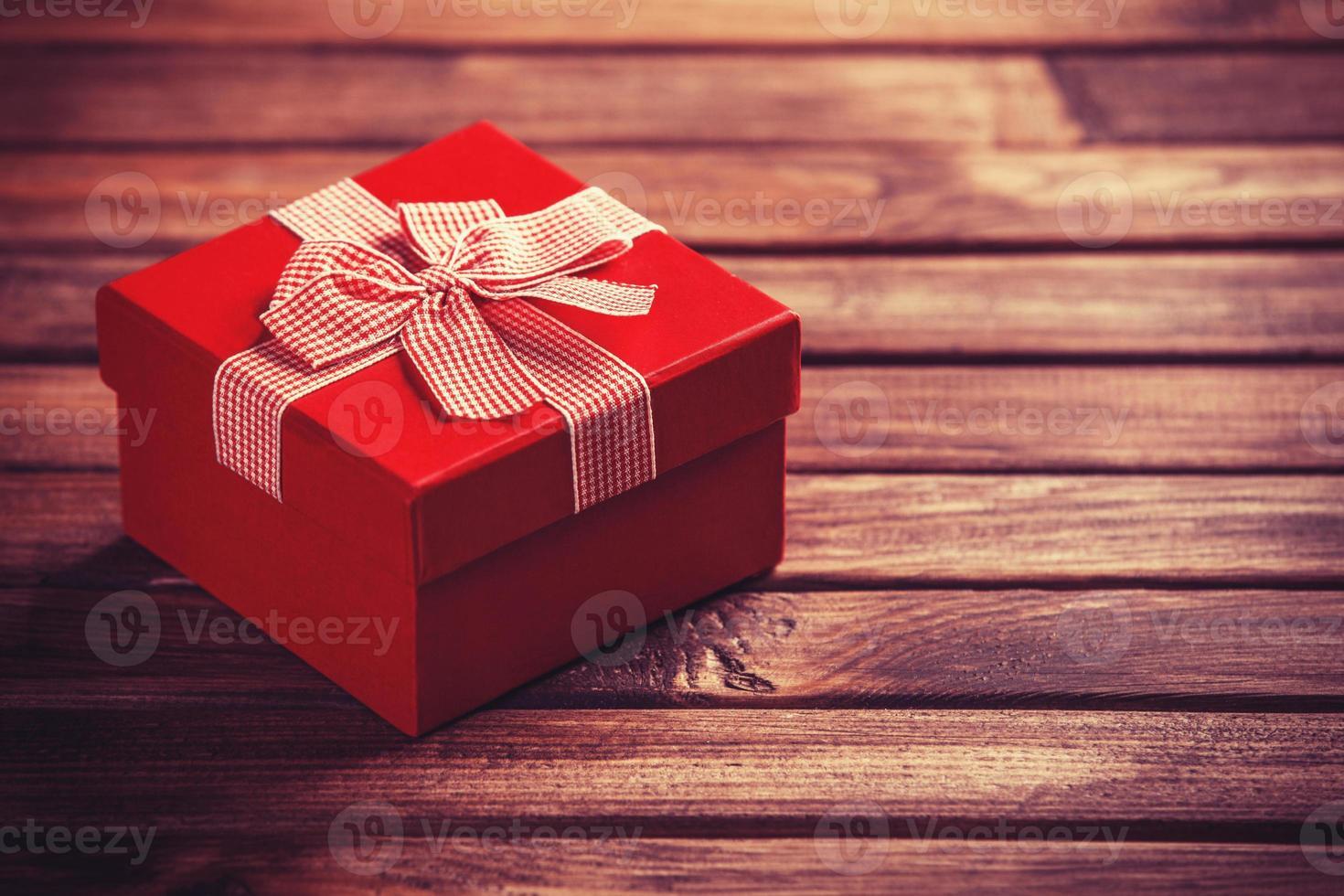boîte-cadeau rouge sur table en bois. photo