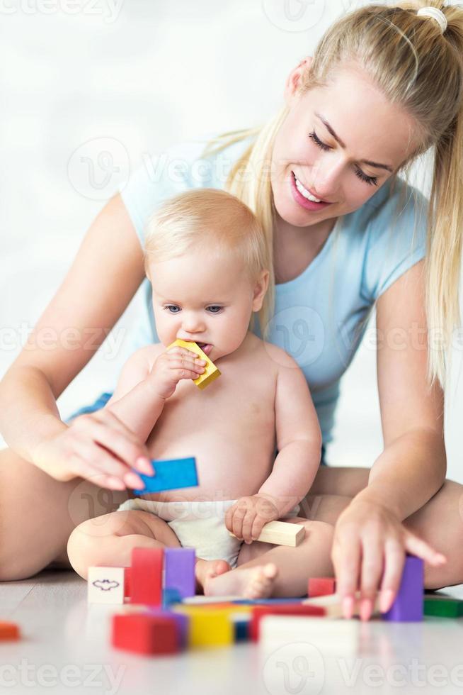 mère et bébé jouant avec des blocs photo