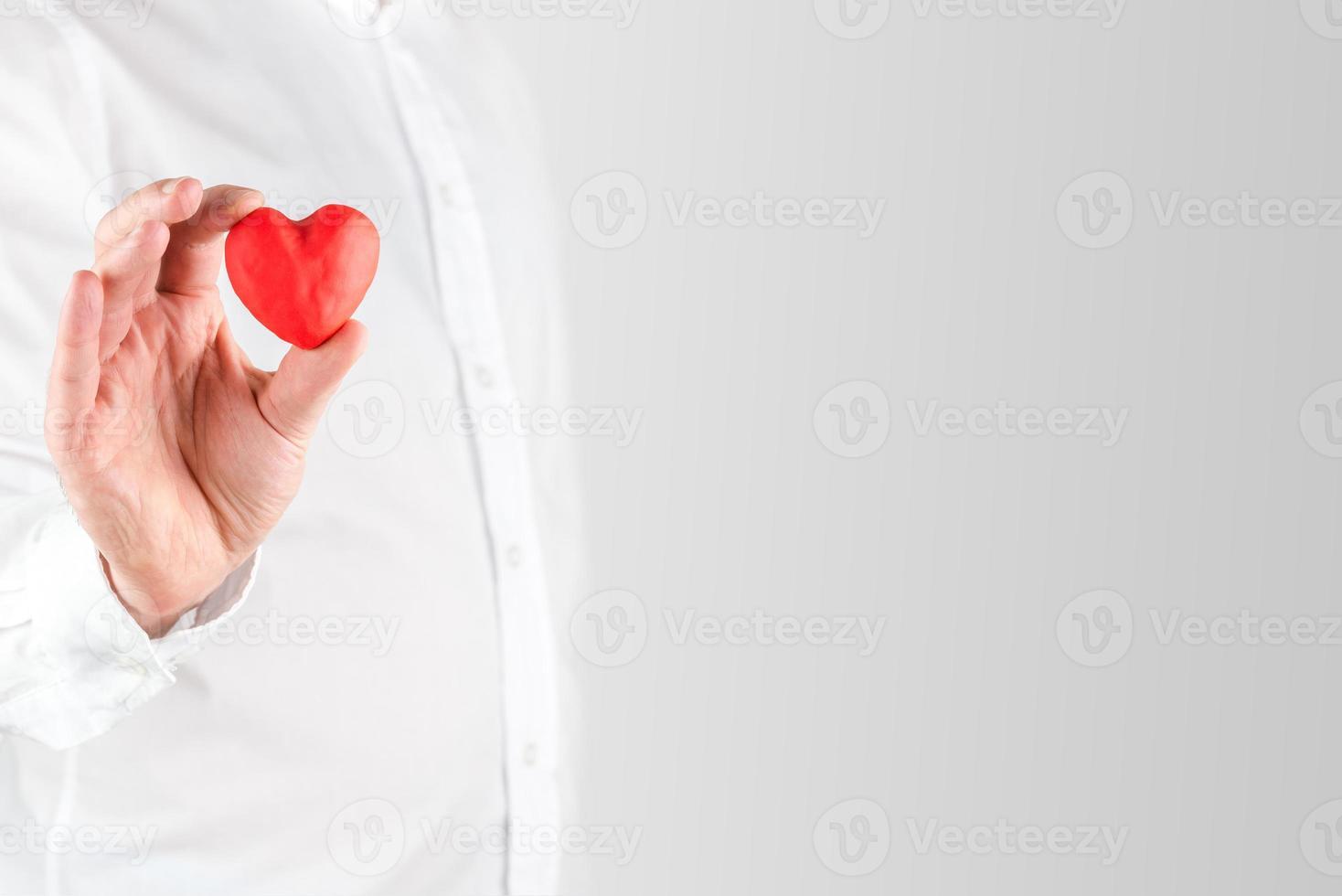 homme tenant un petit coeur rouge valentines photo