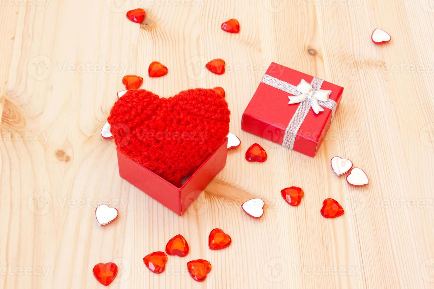boîte avec un joli coeur de valentine tricoté rouge photo