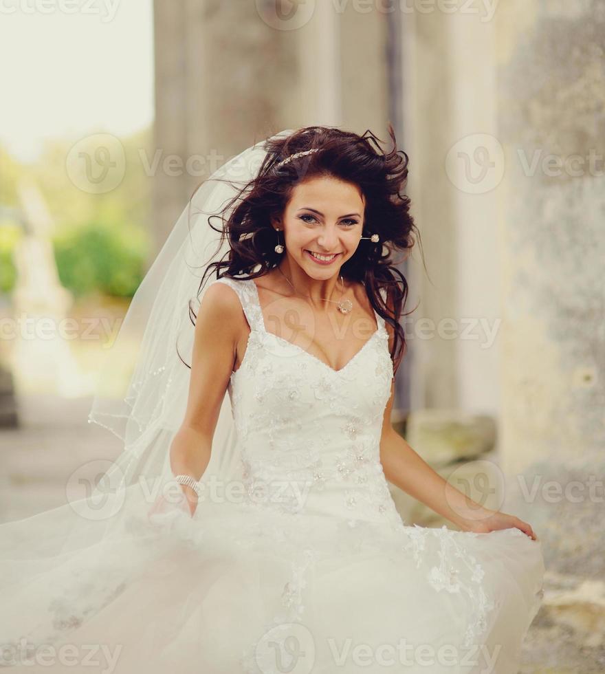 mariée posant sur les marches d'une vieille église photo