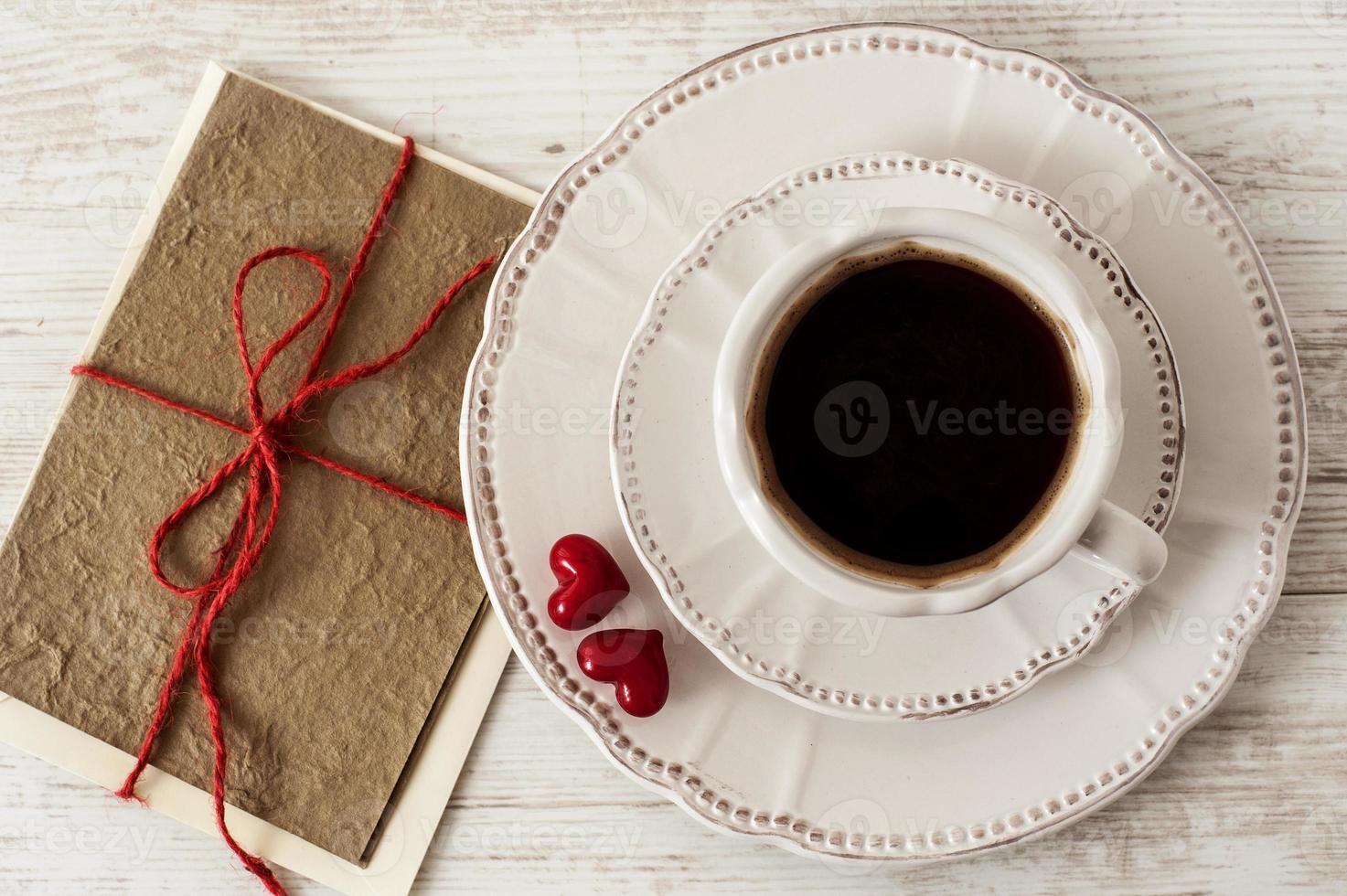 tasse de café et carte de voeux saint valentin photo