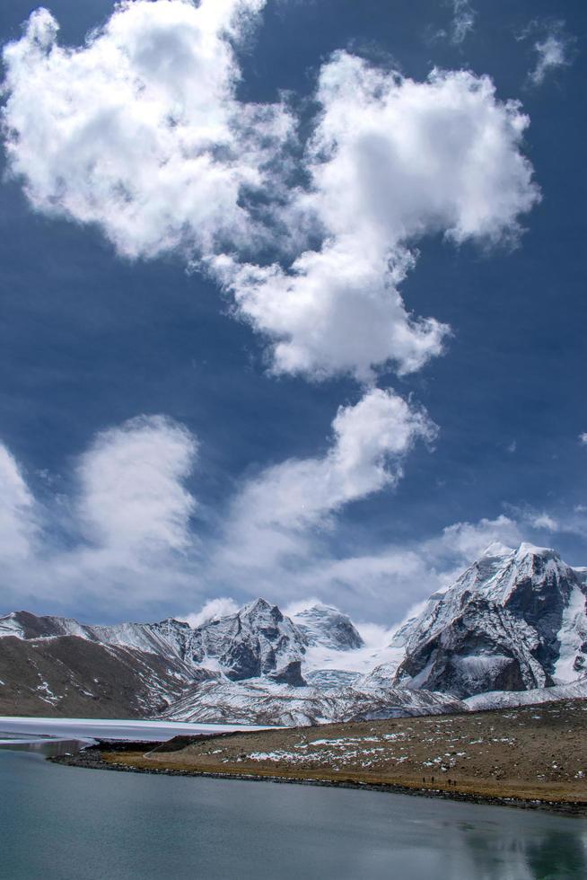 montagnes enneigées sous un ciel bleu photo