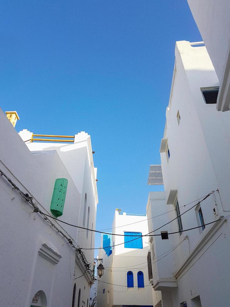 bâtiments peints en blanc photo