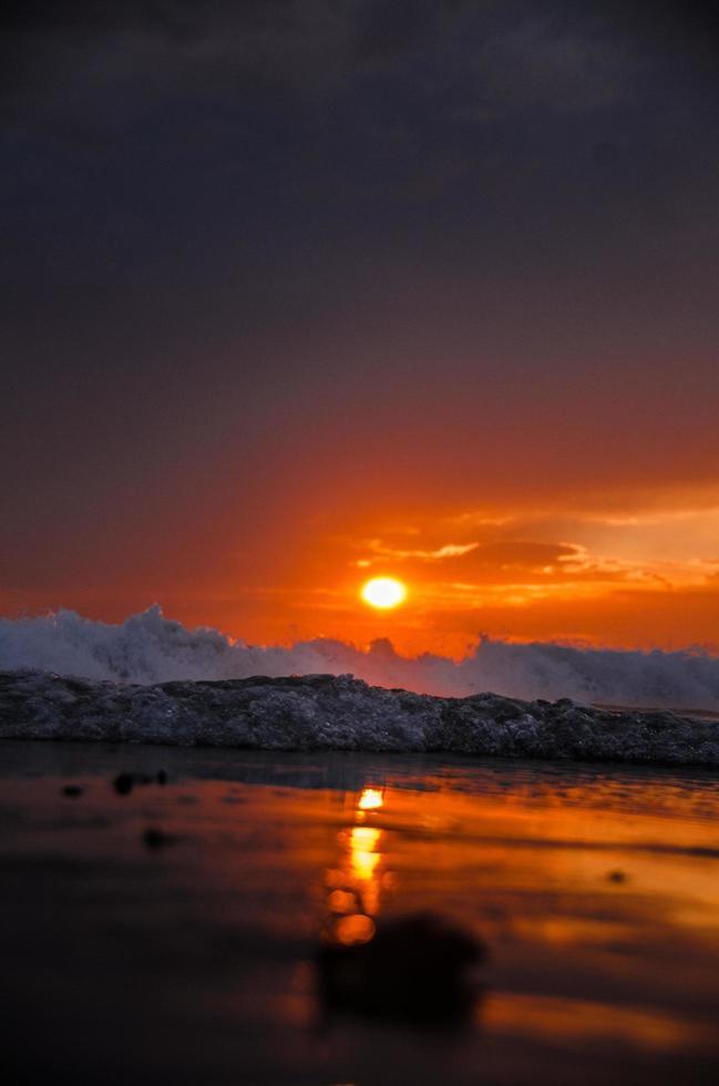 vagues de l'océan au coucher du soleil photo