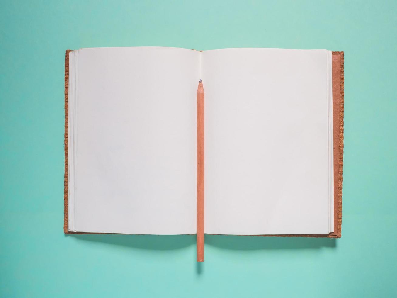 cahier d'école avec un crayon photo