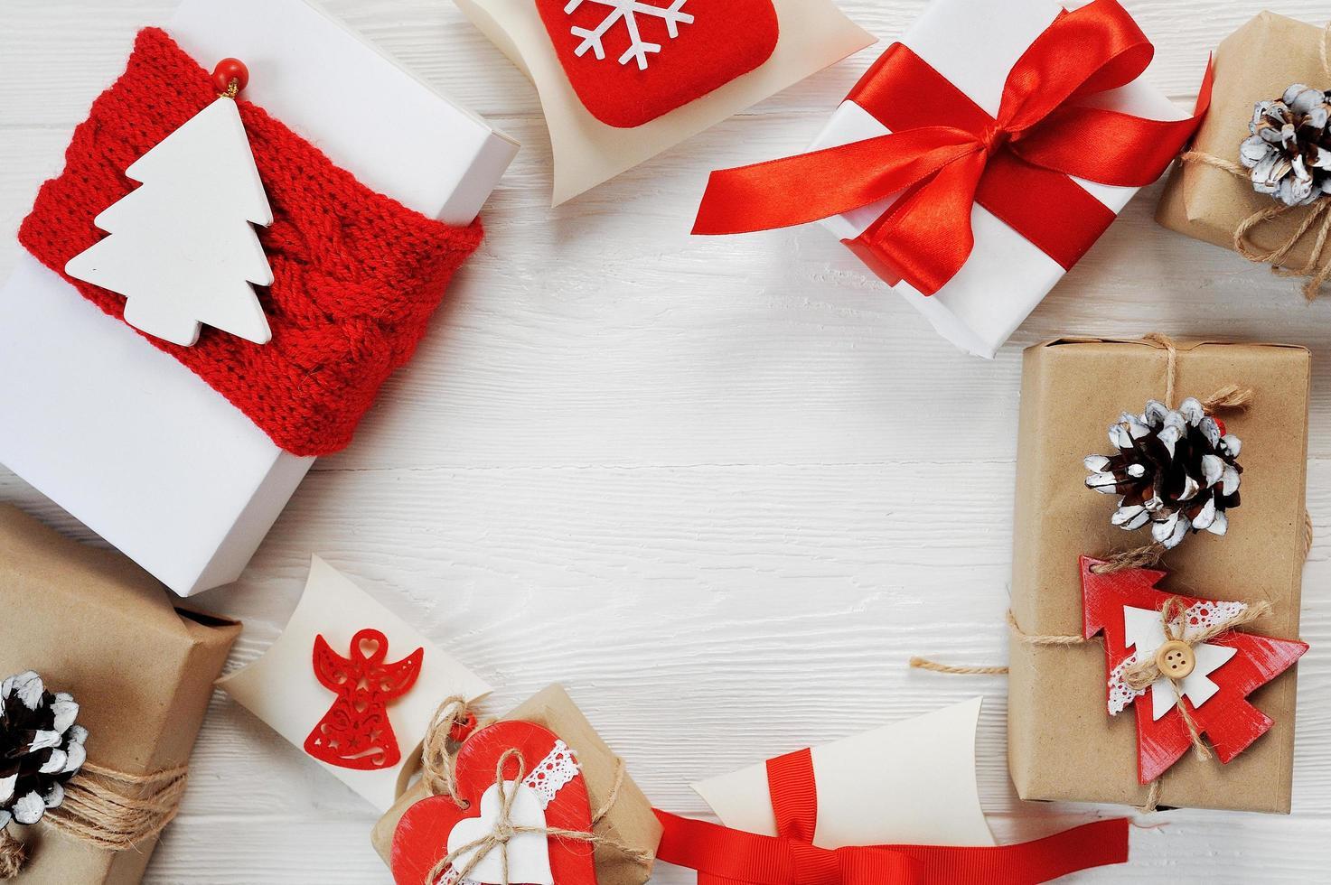 boîtes de Noël décorées de nœuds rouges photo