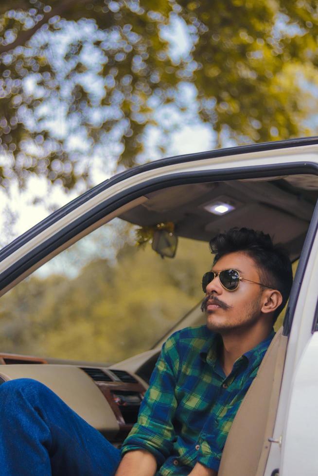jeune homme assis dans la voiture photo