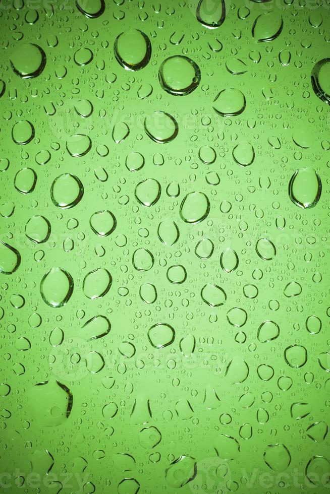 gouttes d'eau sur fond de verre. photo