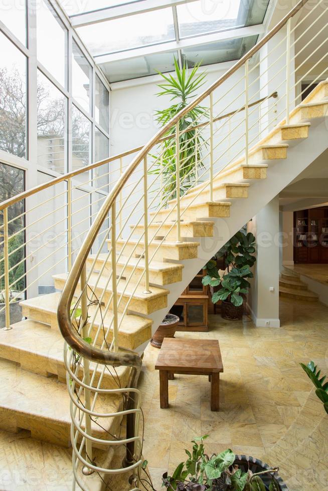 escalier conçu dans une villa de luxe photo